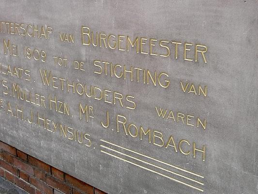Letterwerk op natuursteen Stadhuis, Rotterdam
