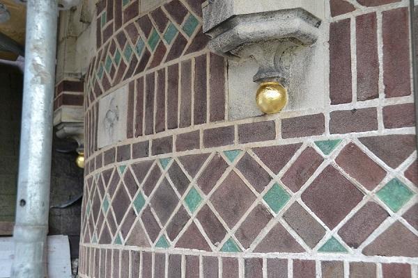 Verguldwerk natuursteen bollen, Huize de Burgh, Eindhoven