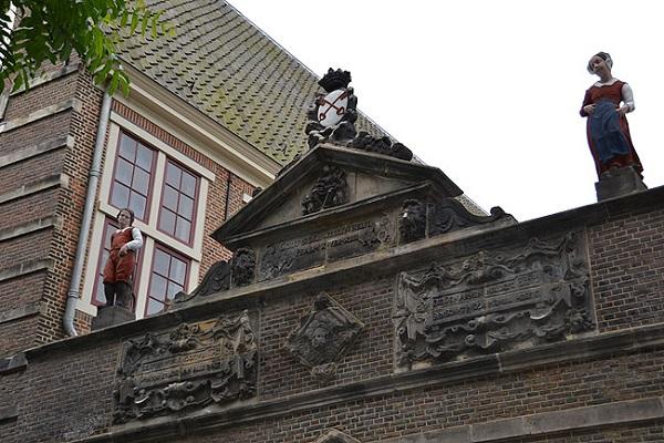 Restauratie Weeshuispoort Leiden, beelden en wapenschild gepolychromeerd