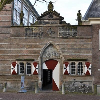 Restauratie weeshuis poort Leiden